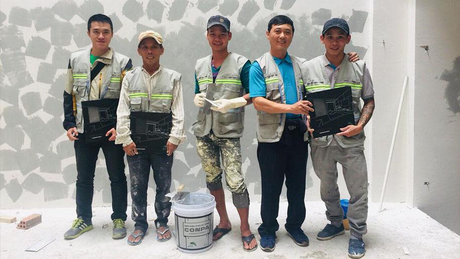 Đội thợ thi công sơn tường giả bê tông