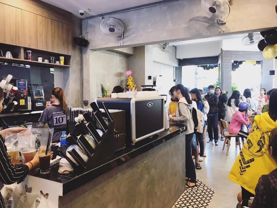 khách xếp hàng mua cà phê Kiwi