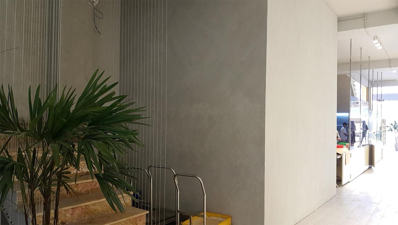 sơn bê tông tường cạnh cầu thang