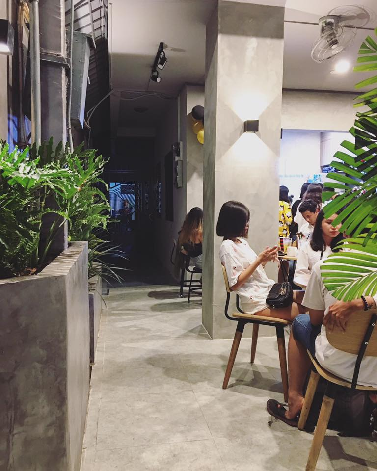 tông màu bê tông bao phủ quán cà phê kiwi