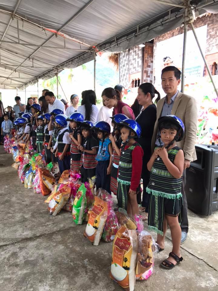 tặng quà tết cho trẻ em dân tộc