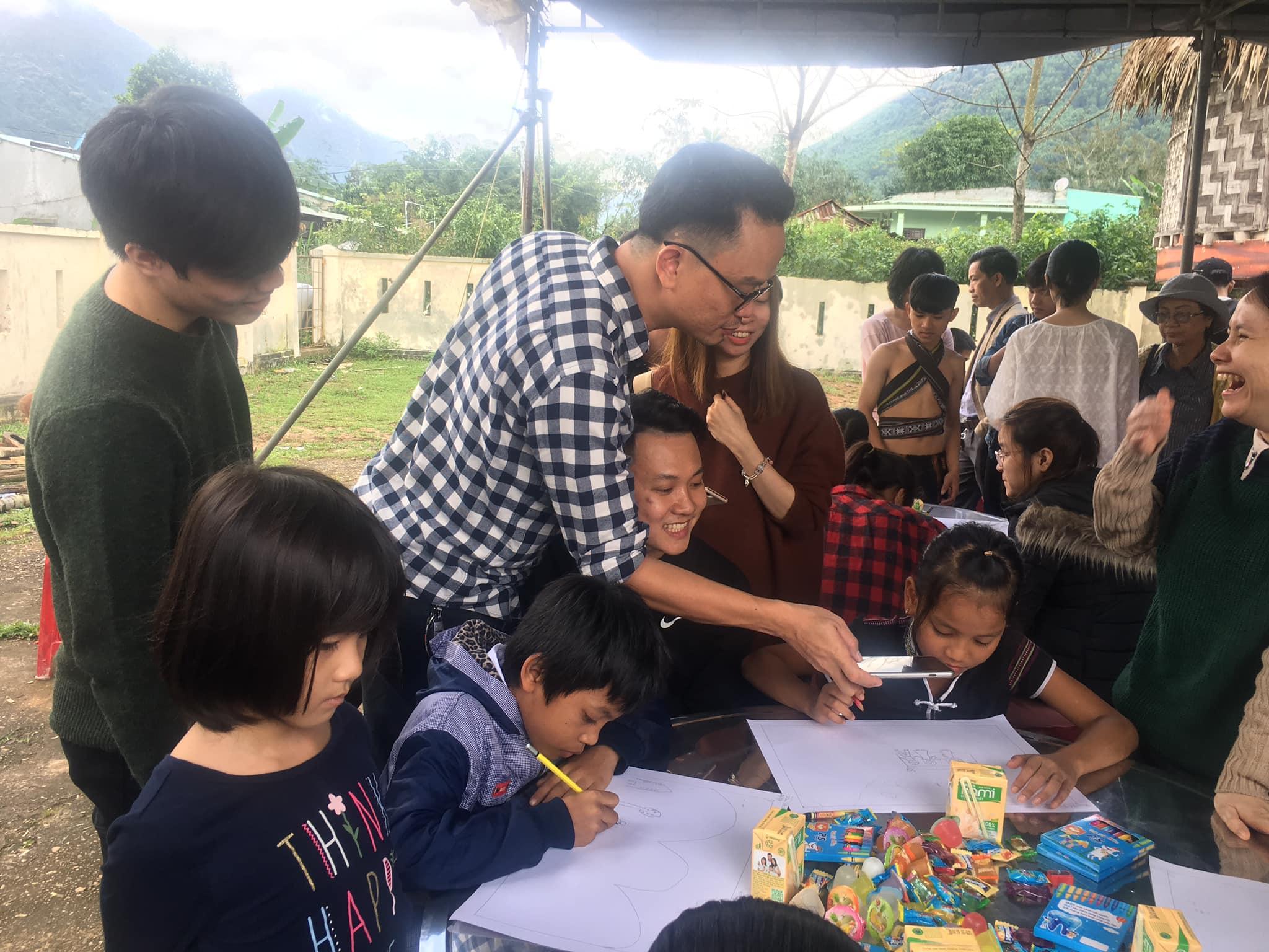 trao yêu thương trẻ em đồng bào