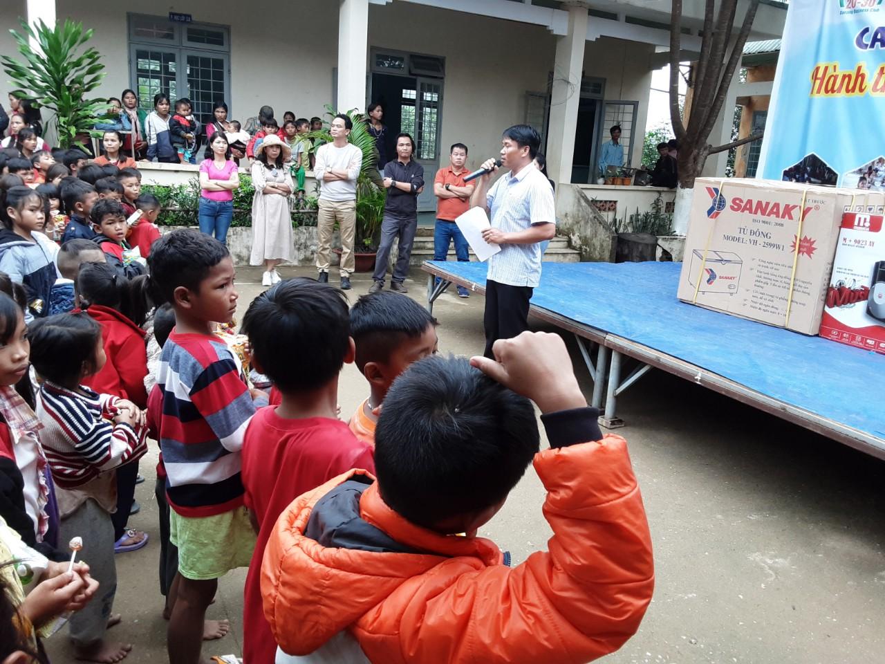 Conpa trao quà trẻ em đồng bào ở Kon Plông
