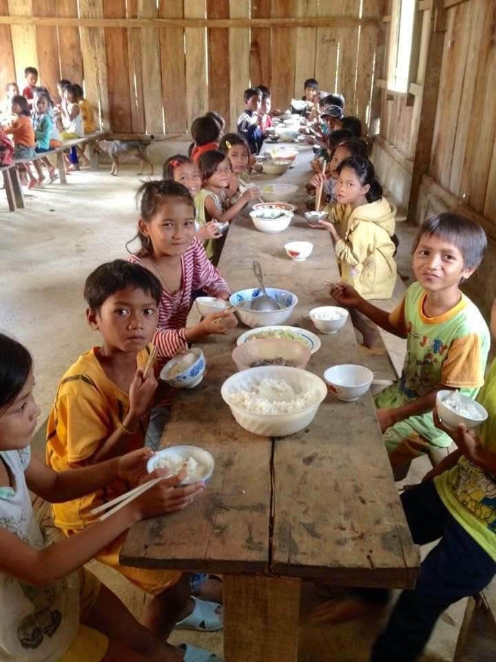 Bữa cơm ấm cúng của trẻ em đồng bào dân tộc