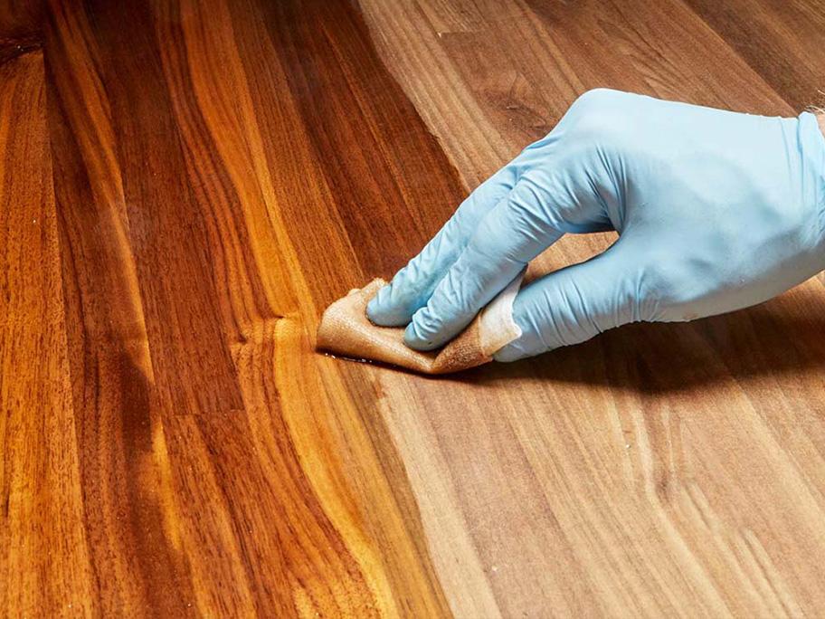 Làm sạch bề mặt và phun lớp sơn lót PU