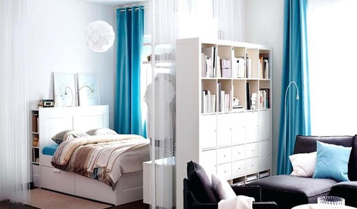 Kệ sách được khéo léo sử dụng để tạo thành vách ngăn cho phòng ngủ