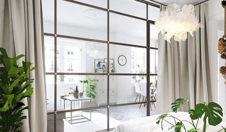 Vách ngăn bằng kính kết hợp với rèm cửa tạo sự riêng tư