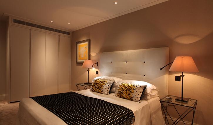 Căn phòng trở nên ấm áp hơn với đèn ngủ có ánh sáng dịu nhẹ