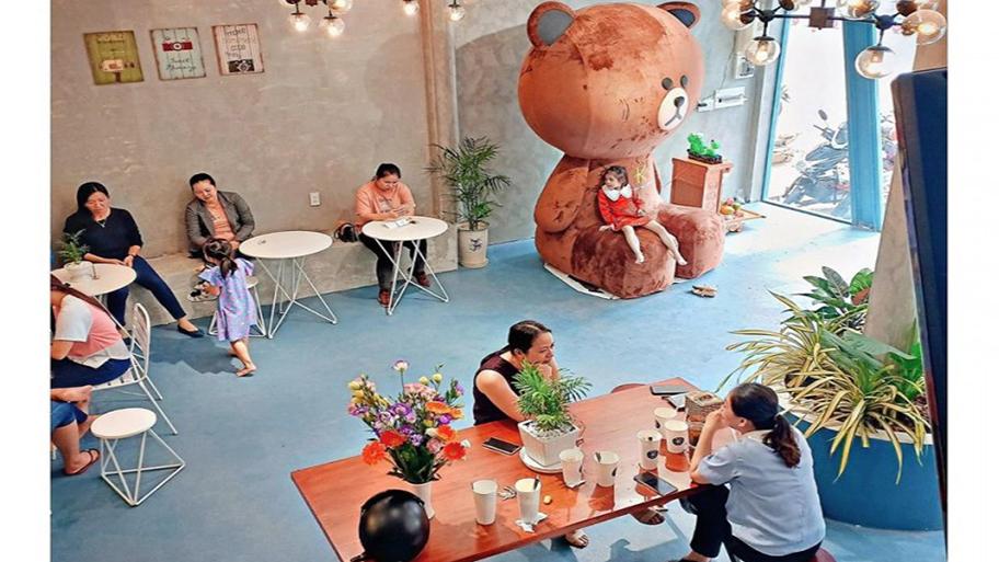Chú Gấu được đặt ở tầng 1 The Kantho Coffee được các bạn nhỏ rất thích