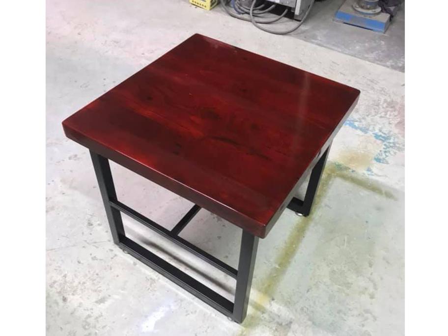 Chiếc bàn được sơn giả gỗ mang lại tính thẩm mỹ cao hơn