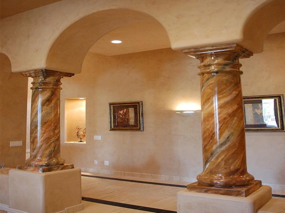 Công trình với hai cột nhà được thi công bằng sơn giả đá cẩm thạch