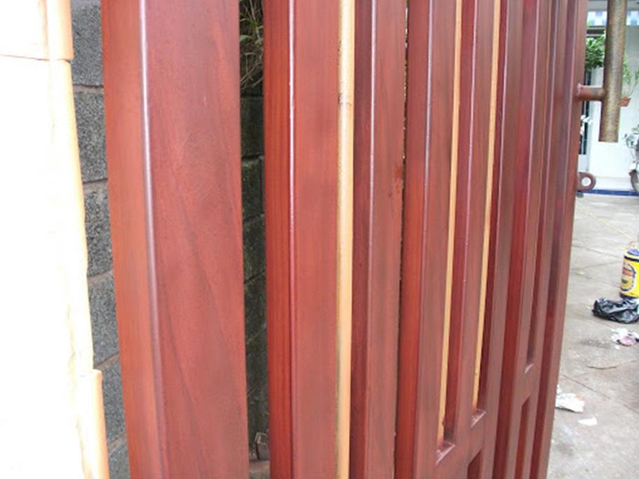 Công trình thi công sử dụng sơn giả gỗ trên bề mặt sắt mạ kẽm