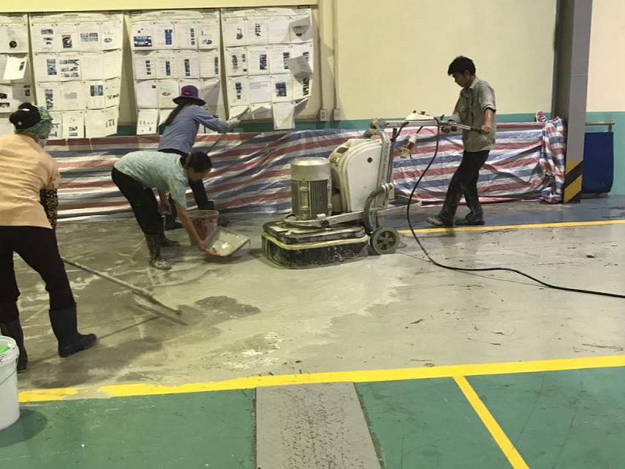Dùng bạt để che chắn những khu vực cần thi công sơn epoxy