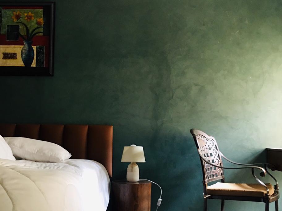 Góc phòng ngủ với sơn hiệu ứng bê tông màu xanh lạ