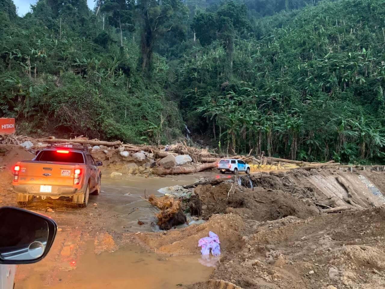 xe chuyển hàng từ thiện miền trung lũ lụt