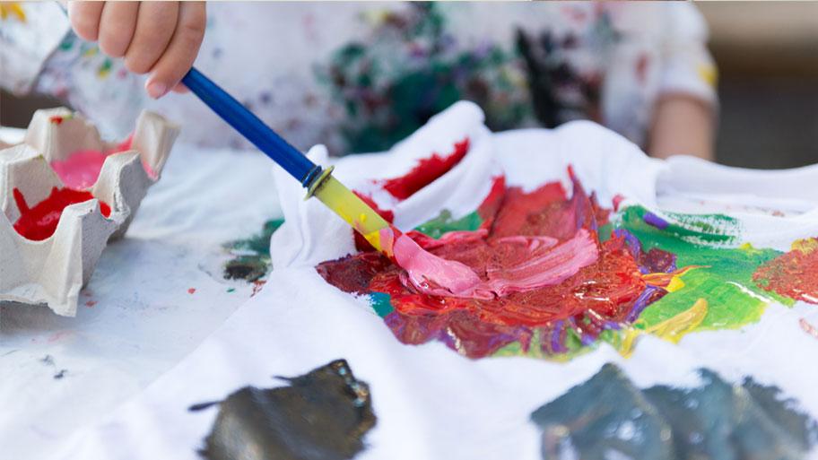 Tẩy sơn tường trên quần áo với sơn dạng khô