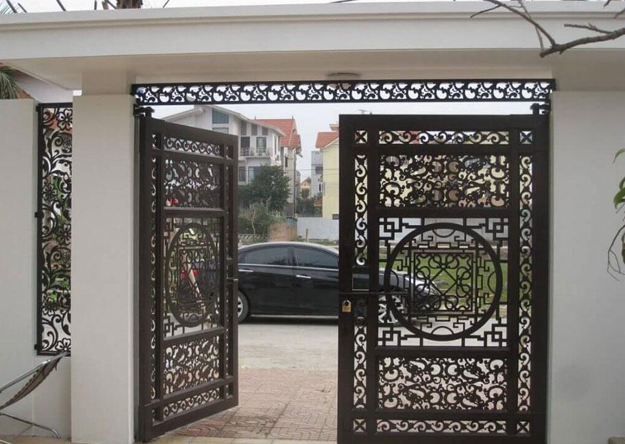 Mẫu cửa sắt sơn màu nâu đen