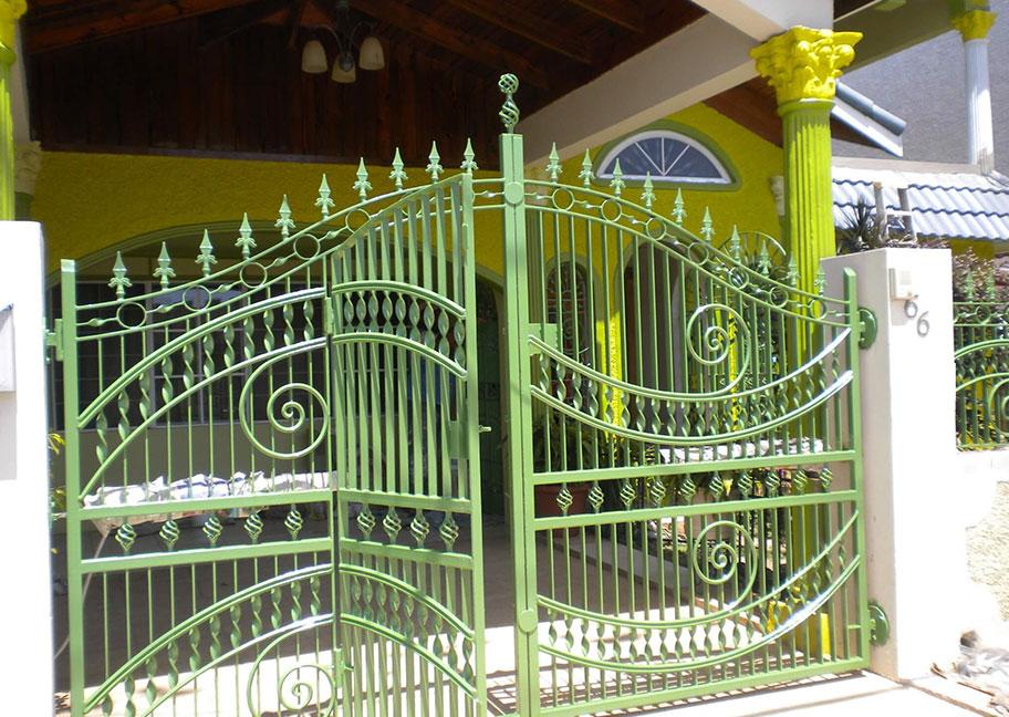 Cửa sắt sơn màu xanh lá