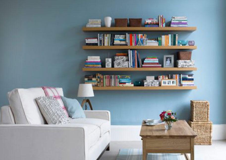 Trang trí phòng khách với sofa và kệ sách